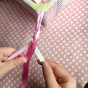 子どもと三つ編み練習♪色違いのリボンだから分かりやすいです。