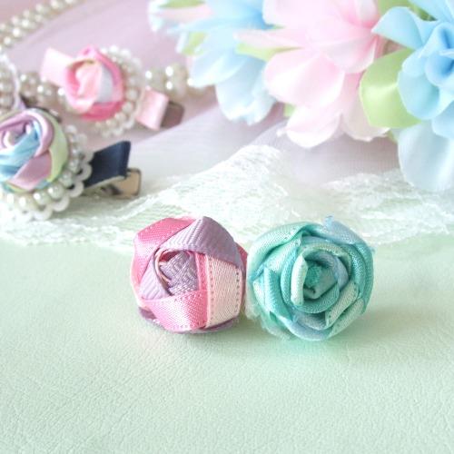 リボンの三つ編みでつくるバラのバリエーション♪作り方をご紹介しています。